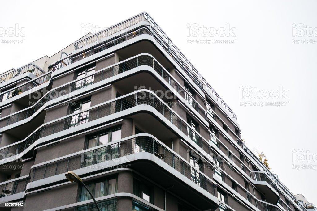 Grossen Futuristischen Haus Mit Geschwungenen Balkon Stock Fotografie