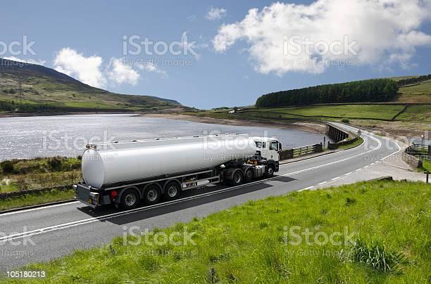 Große Gastanker Truck Auf Scenic Highway Mit See Stockfoto und mehr Bilder von Benzin
