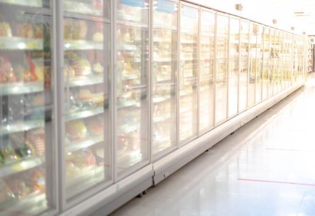 grande porta de vidro frigorífico profundo refrigerater no supermercado. adequado para apresentar novos sorvetes, bolos e produtos congelados entre muitos outros. - comida congelada - fotografias e filmes do acervo