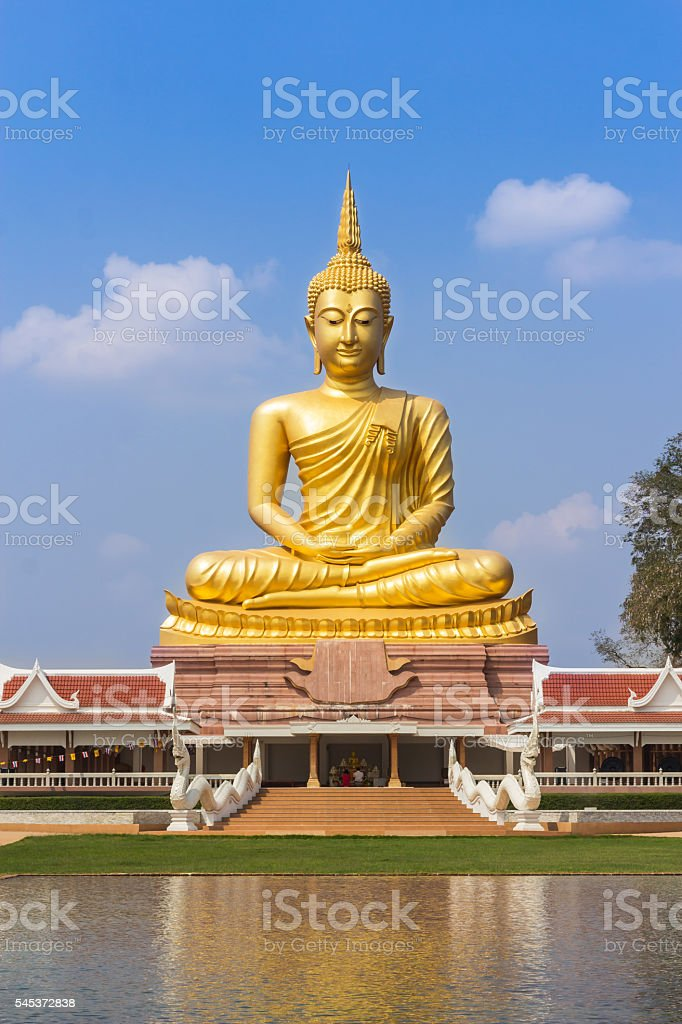 big golden buddha statue sitting in thai temple​​​ foto