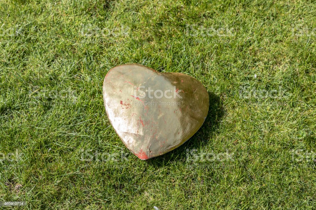 big golden heart on grass foto stock royalty-free
