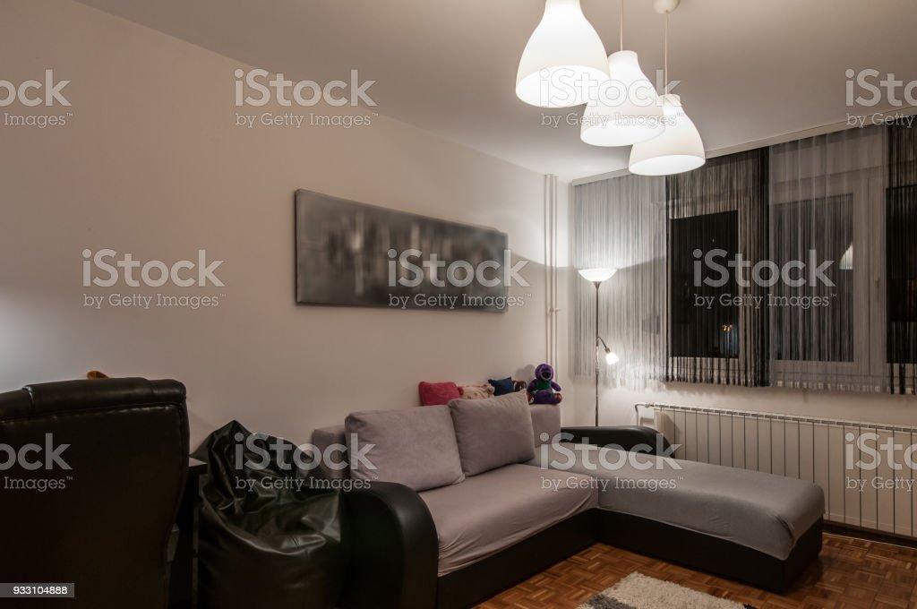 Grosse Graue Sofa Im Modern Gestalteten Innenraum Wohnzimmer
