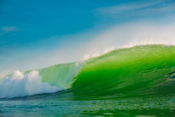 Große grüne Welle im Ozean. Wellenbrecher auf Bali – Foto