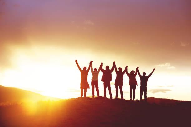 큰 그룹 행복 한 사람들의 실루엣 성공 손을 - mountain top 뉴스 사진 이미지