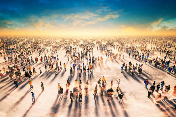 Grande gruppo di persone, massa, masse, spazio pubblico, tramonto - foto stock