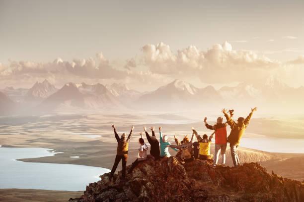 grande grupo de topo de montanha de sucesso de pessoas - alto descrição geral - fotografias e filmes do acervo