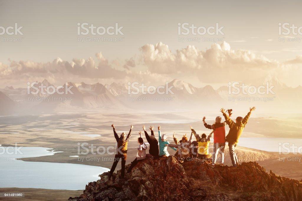 Grande grupo de topo de montanha de sucesso de pessoas - foto de acervo