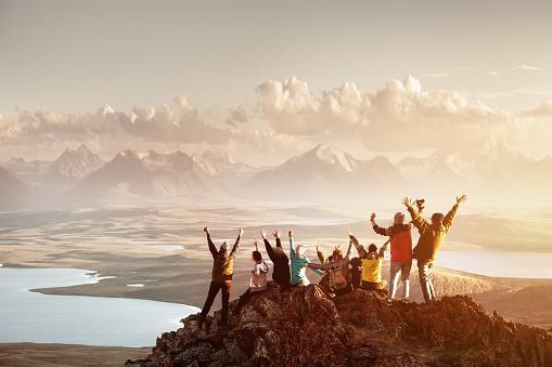 大群人成功山頂 照片檔及更多 一起 照片