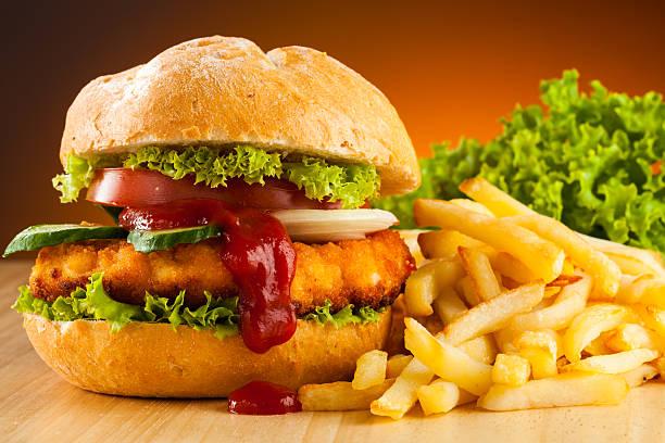 große hamburger mit pommes frites - kürbisschnitzel stock-fotos und bilder