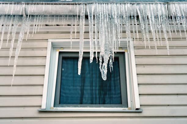 겨울 또는 봄 별장의 창 위에 지붕에 매달려 큰 차가워요. - 고드름 뉴스 사진 이미지