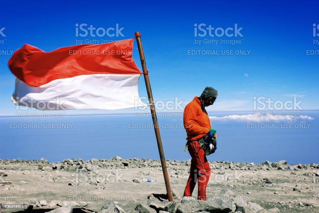 Bandera Nacional de Indonesia grande en montaña de Semeru - foto de stock