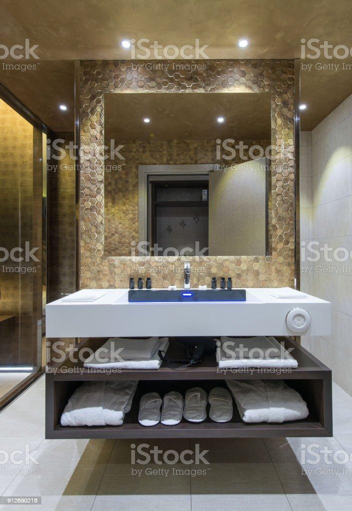 Große Luxusspiegel Im Badezimmer Interieur Und Handtücher Auf Regal ...