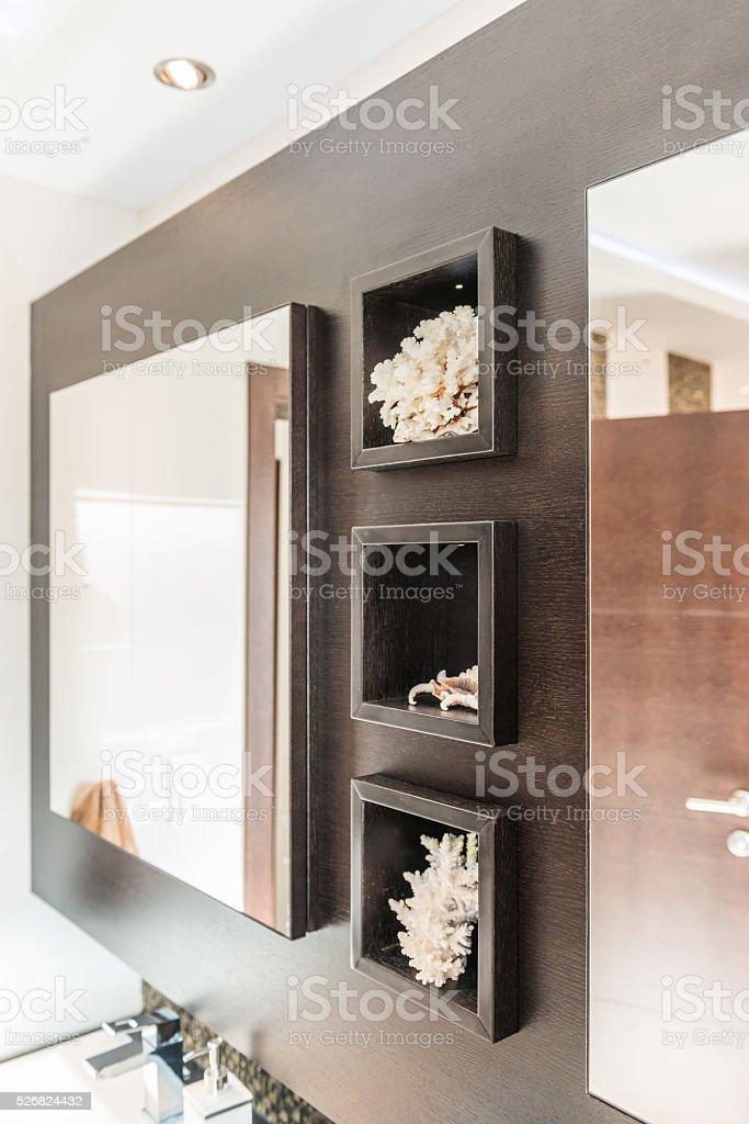 Grosser Spiegel Und Regale In Badezimmer Interieur In Erdtonen Stockfoto Und Mehr Bilder Von Badezimmer Istock