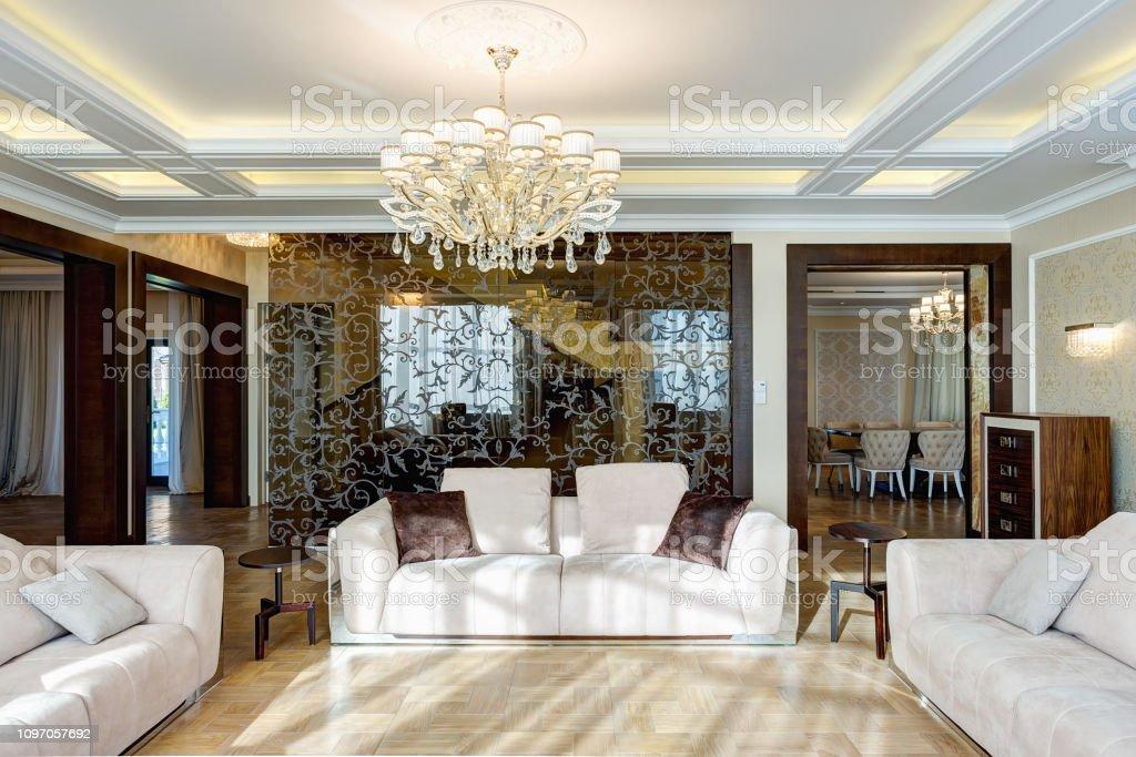Große Moderne Und Luxuriöse Interieur Des Leeren Wohnzimmer ...