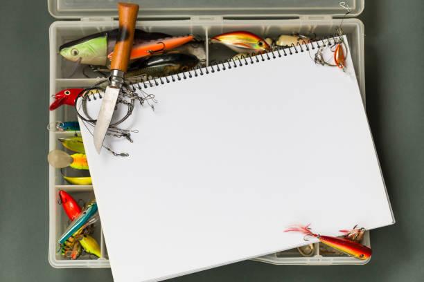 große Notebook mit Angeln auf farbigem Papierhintergrund. Aktivität im freien sport und Entspannung – Foto