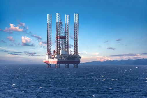 Gran Plataforma De Perforación De Plataformas Petrolíferas En Alta Mar Foto de stock y más banco de imágenes de Aceite de motor