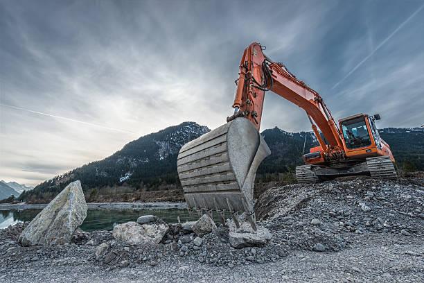 big orange digger auf Kies heap mit großen Schaufel – Foto