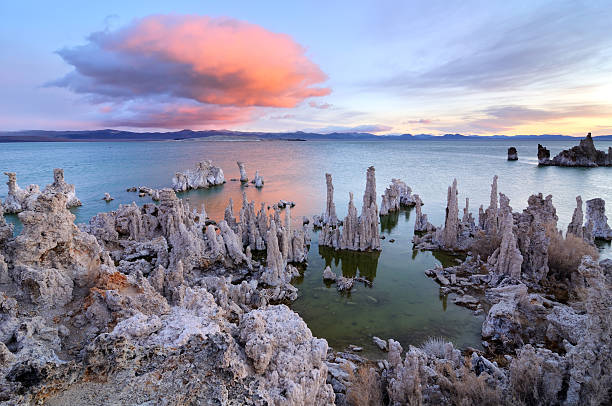 Big rosa tufas en nube encima de Mono Lake, California, USA - foto de stock