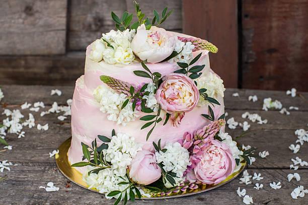 big pink wedding cake decorated by flowers - hausgemachte hochzeitstorten stock-fotos und bilder