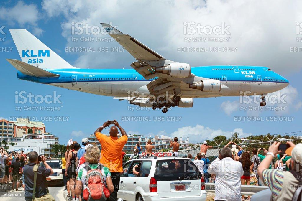 Grosse avion atterrissant sous la tête des gens - Photo