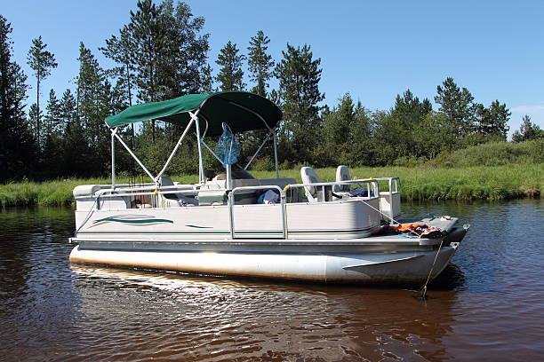 Grand bateau ancré dans la rivière - Photo
