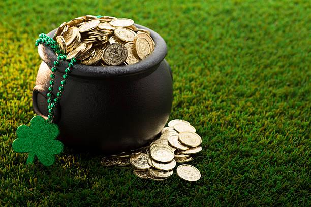 big pot of gold auf st. patrick's day - goldgefüllte kette stock-fotos und bilder