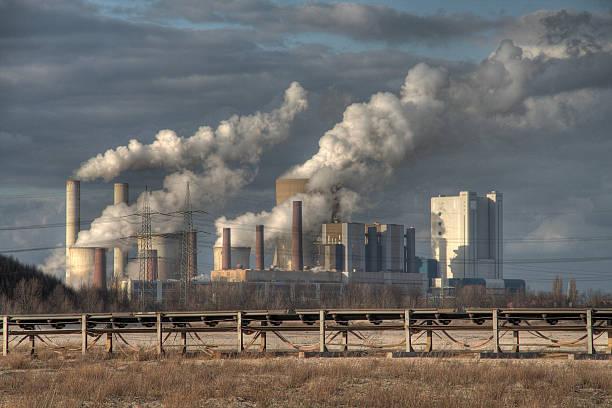 big planta de energía - contaminación ambiental fotografías e imágenes de stock