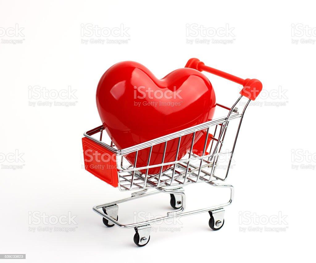 Big rojo corazón en cesta de compras foto de stock libre de derechos