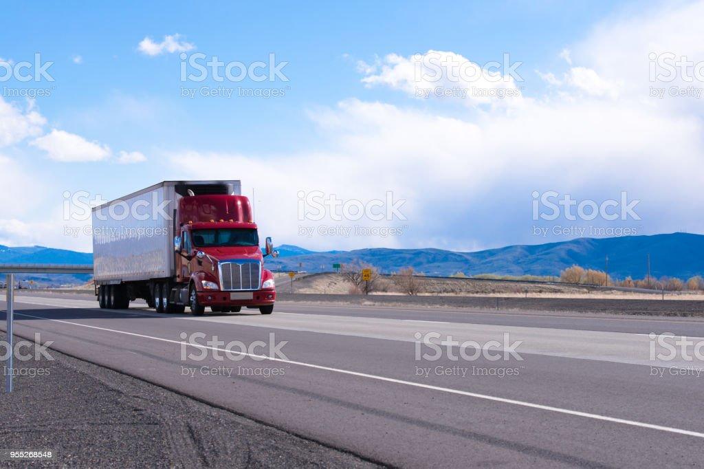Big Rig roten Sattelschlepper mit Kühl-Auflieger Transport von kommerziellen Fracht auf ebener Straße in Utah – Foto