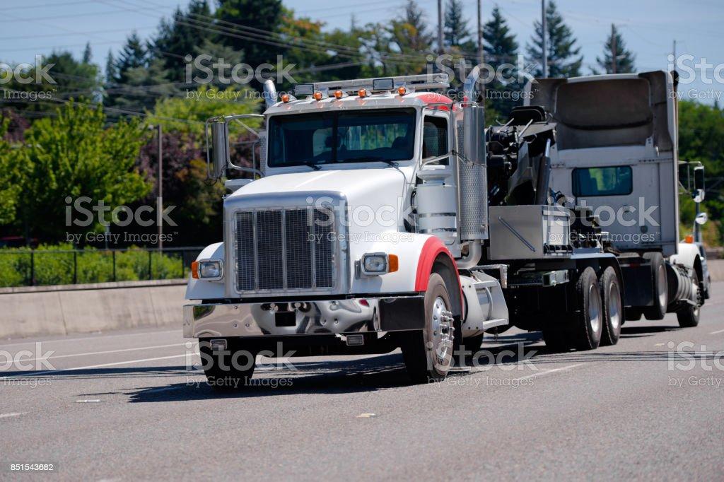 Aparejo grande semi remolque de camión roto otro camión semi - foto de stock