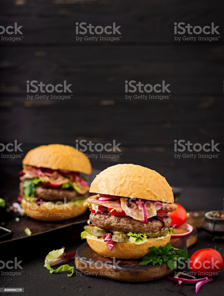 Big Sandwich - Hamburger Burger mit Rindfleisch, Tomaten, Gewürzgurken und gebratenem Speck – Foto
