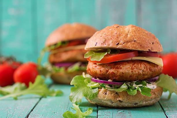 Große sandwich-hamburger mit saftigen Burger mit Huhn – Foto