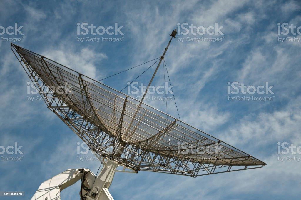 antena de satélite grande no fundo do céu azul - Foto de stock de Antena - Equipamento de telecomunicações royalty-free