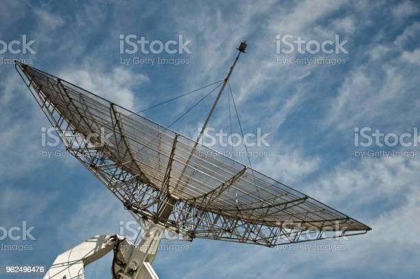 Foto de Antena De Satélite Grande No Fundo Do Céu Azul e mais fotos de stock de Antena - Equipamento de telecomunicações
