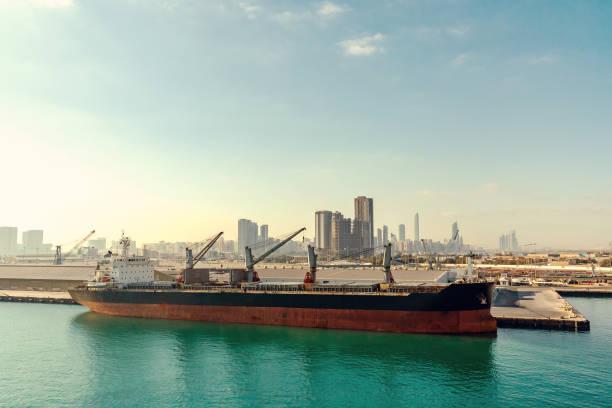 Abu Dhabi, Vereinigte Arabische Emirate - 13. Dezember 2018: großes Schiff im Frachthafen – Foto