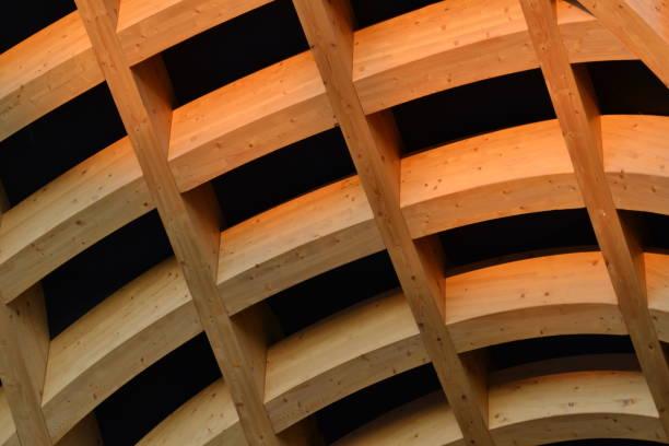 große feste holz träger kreuzung tragstruktur für arch. - bogen bauen stock-fotos und bilder