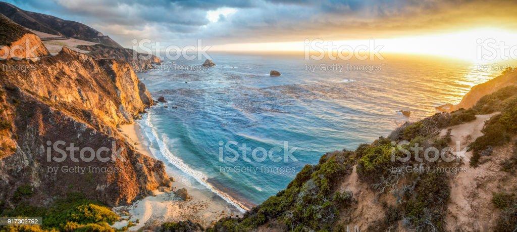 일몰, 캘리포니아, 미국에서 빅 쉬르 해안선 파노라마 - 로열티 프리 0명 스톡 사진