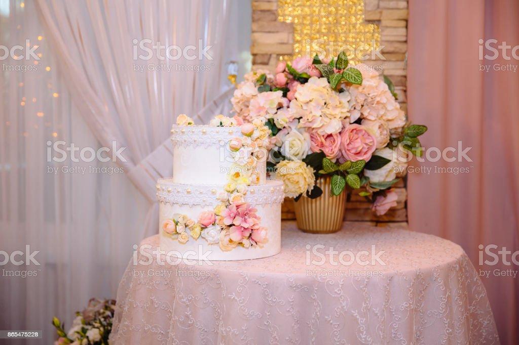 Gros gateau multiniveaux gâteau de mariage décoré de fleurs. Concept de barre de chocolat sur la partie - Photo