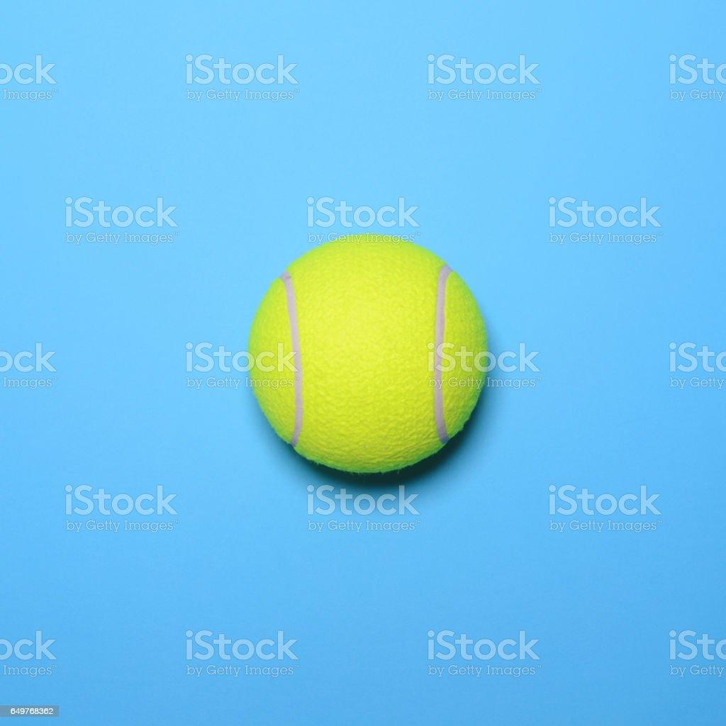 Balle de tennis grand sur fond bleu - vue de dessus de tendance design minimal - Photo