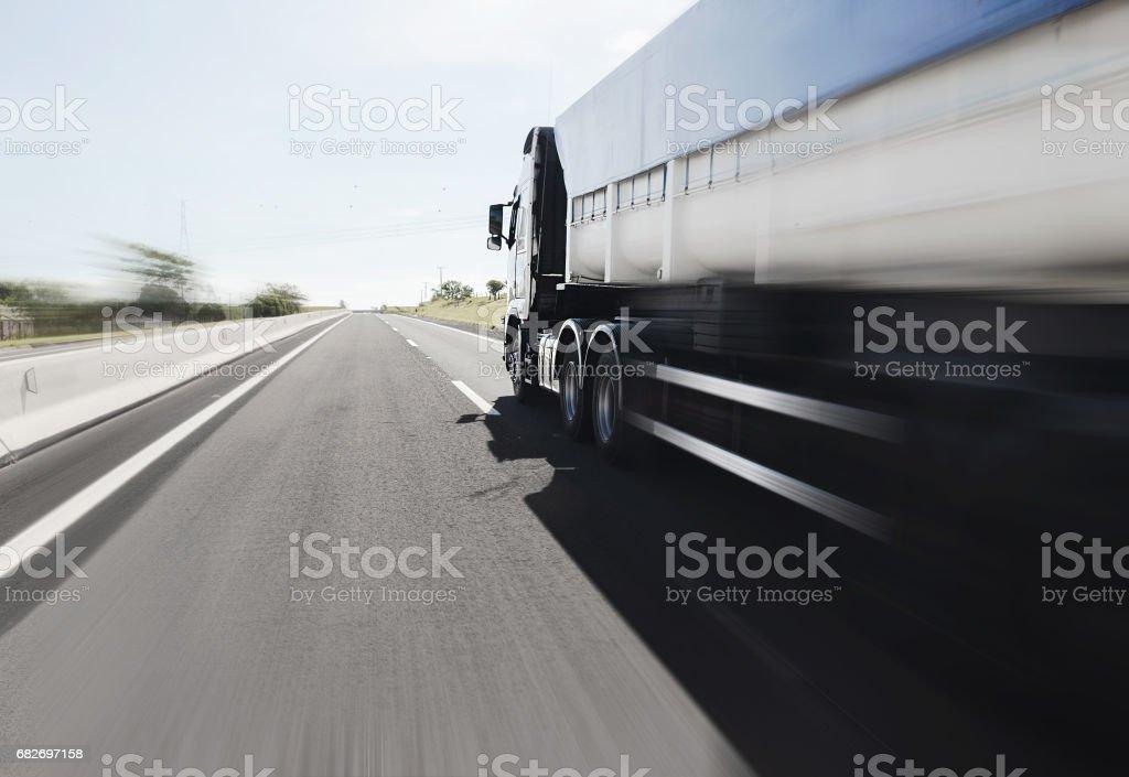 Grande caminhão dirigindo na estrada - foto de acervo