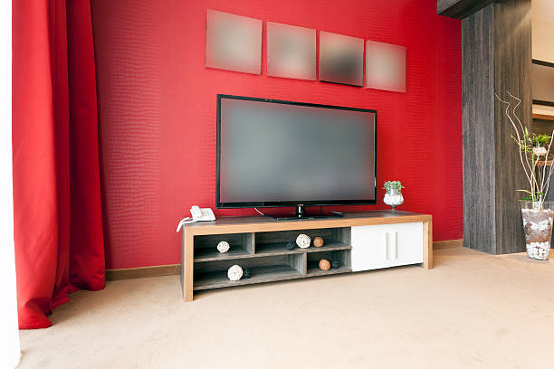 große fernseher im modernen apartment - telefonschrank stock-fotos und bilder