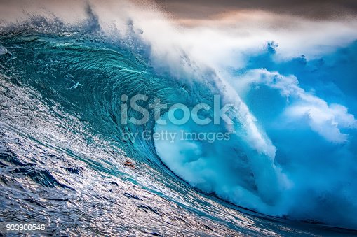 istock Big wave breaking at sunset 933906546