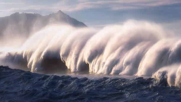 gran onda rompiendo con spray - foto de stock