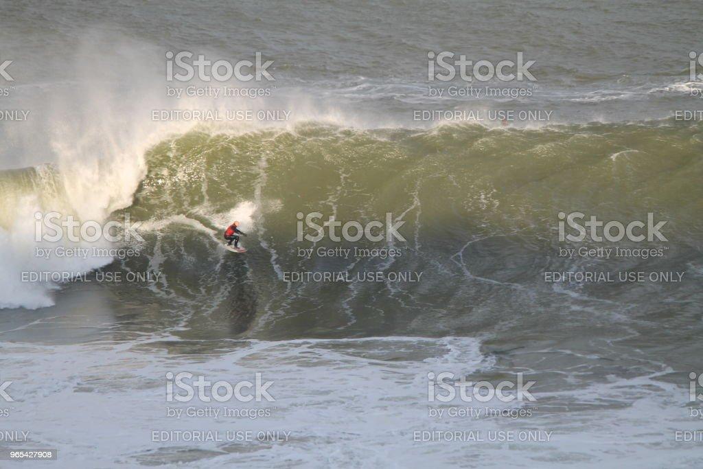 Big Wave Rider bei Sonnenuntergang - Lizenzfrei Aktivitäten und Sport Stock-Foto