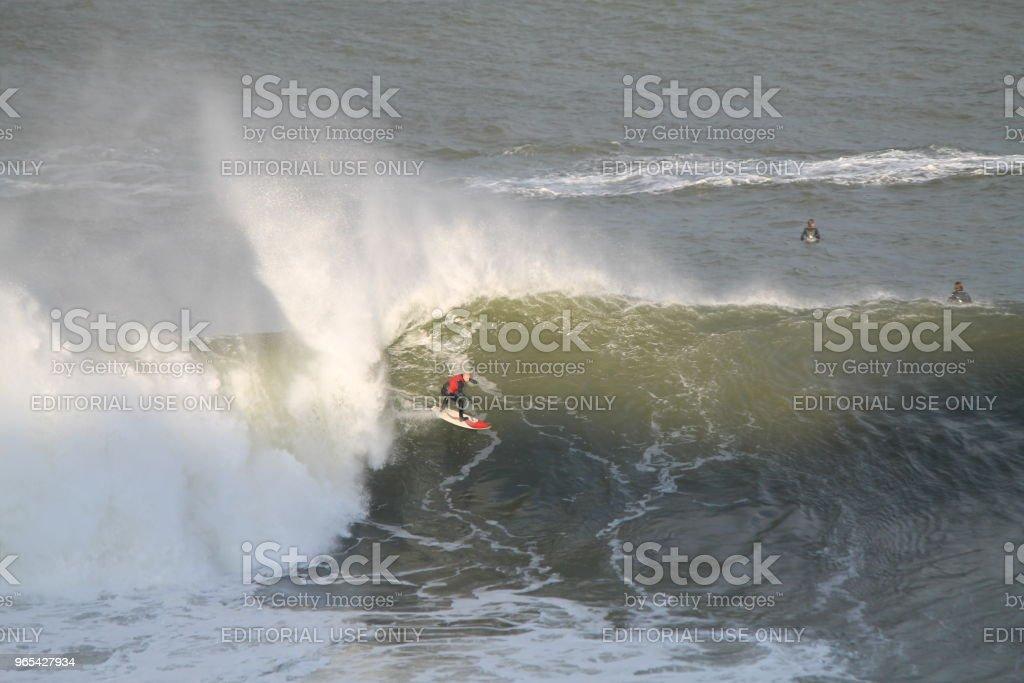 Surfista de onda grande ao pôr do sol - Foto de stock de Adulto royalty-free
