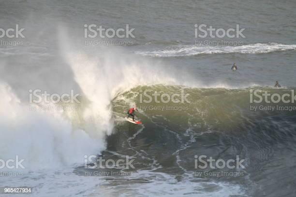 Foto de Surfista De Onda Grande Ao Pôr Do Sol e mais fotos de stock de Adulto