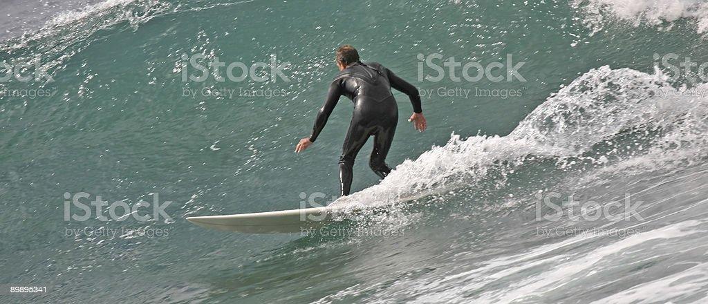 Big wave surfer reiten die Rinnstein Lizenzfreies stock-foto