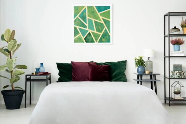 großes weißes bett mit kissen - lila, grün, schlafzimmer stock-fotos und bilder