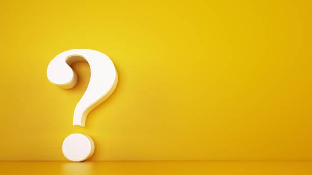 ponto de interrogação branco grande em um fundo amarelo. rendição 3d - question - fotografias e filmes do acervo