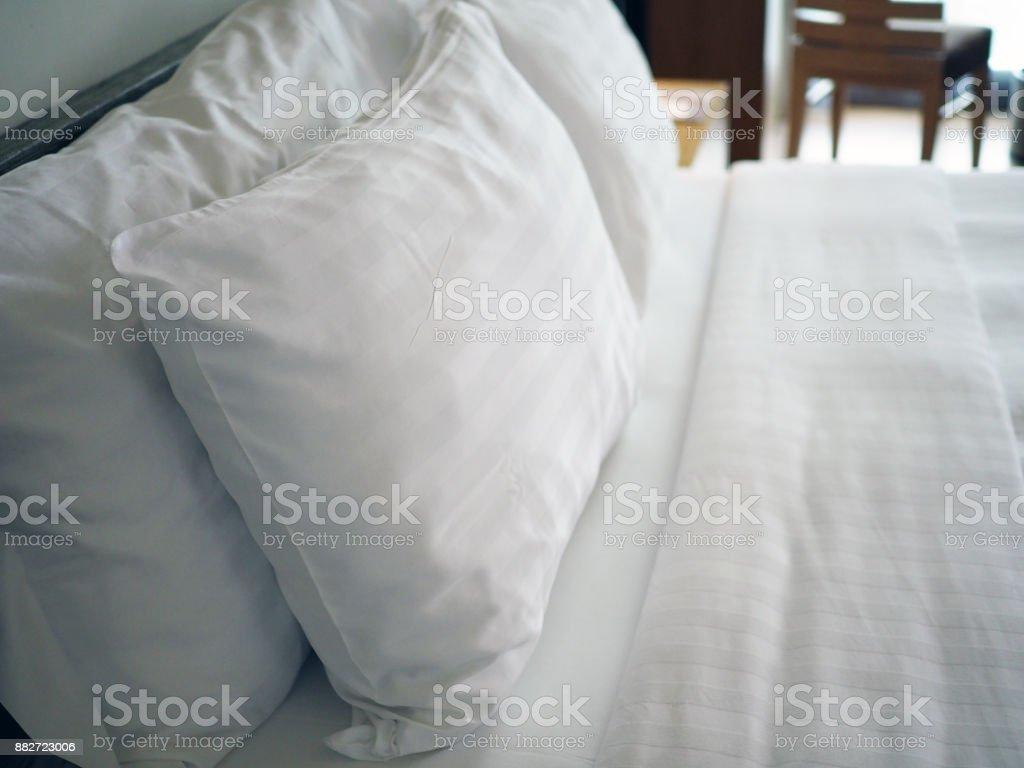 Almohadas suaves blanco grandes en una cama acogedora de lujo blanco con hojas blancas limpio. Sueño sano, concepto profundamente relajante y confortable. - foto de stock